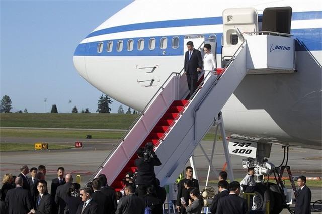 Ông Tập Cận Bình và phu nhân bước xuống từ chiếc Boeing 747 (Ảnh: The Herald)