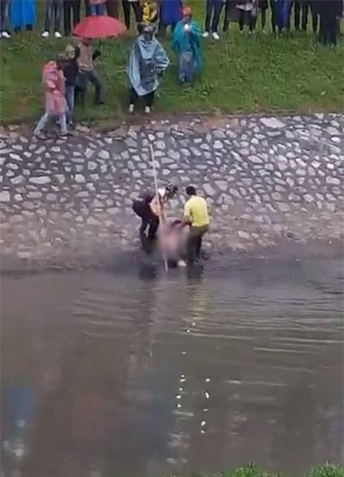 Xôn xao clip cứu cô gái nhảy sông Tô Lịch giữa giá rét - ảnh 1