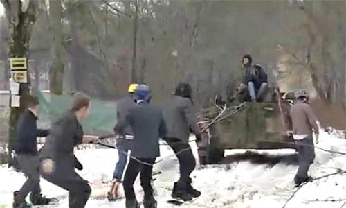 Xem dân công sở Nga trượt tuyết bằng... xe bọc thép [VIDEO] - Ảnh 1