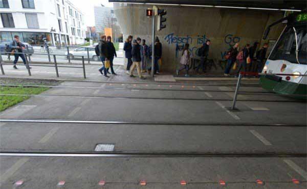 điện thoại thông minh, sang đường, đèn giao thông, tai nạn giao thông