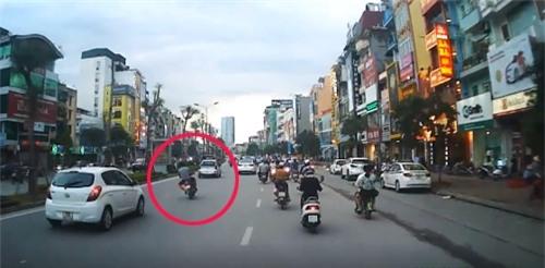 Video: Đánh võng trước đầu taxi, thanh niên bị tông văng xuống đường - Ảnh 1