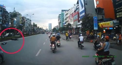 Video: Đánh võng trước đầu taxi, thanh niên bị tông văng xuống đường - Ảnh 2