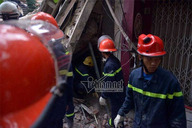 Sập nhà 4 tầng ở hà nội, sâp nhà 4 tầng ở cửa bắc, sập nhà 4 tầng nhiều người bị vùi lấp