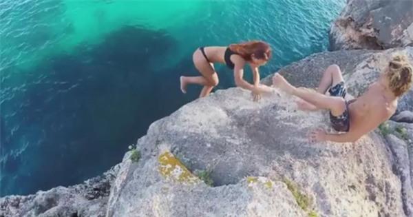 cô gái sexy, cô gái trượt xuống biển, cặp đôi, clip gây tranh cãi