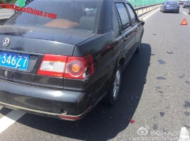 Chiếc ô tô đỗ bên đường bị gãy gương bên phải, vỡ chóa đèn hậu và xước sườn xe.