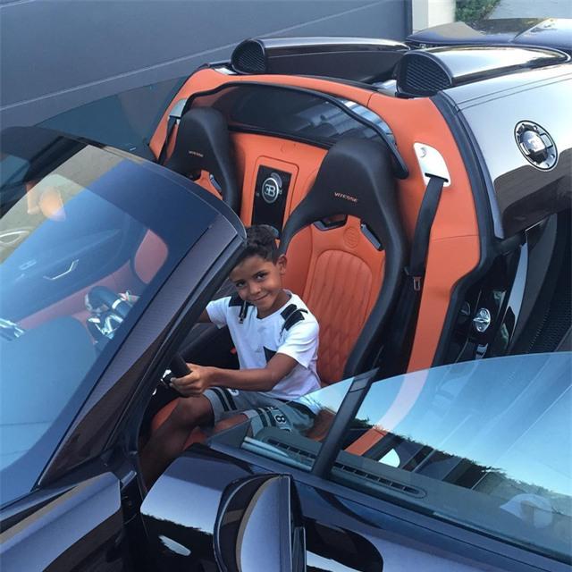 Ronaldo đăng ảnh con trai ngồi sau vô lăng siêu xe Bugatti Veyron.