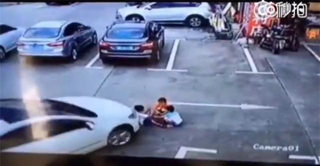 Mải dùng điện thoại, người phụ nữ lái xe ô tô cán thẳng qua người 3 đứa trẻ - Ảnh 2.