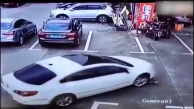 Mải dùng điện thoại, người phụ nữ lái xe ô tô cán thẳng qua người 3 đứa trẻ - Ảnh 3.