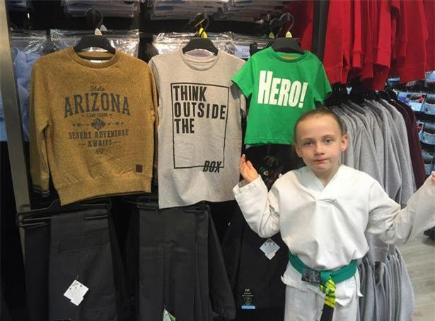 Cô bé 8 tuổi khiến thế giới sửng sốt khi chỉ ra sự bất công của những câu slogan trên áo nam và nữ - Ảnh 3.