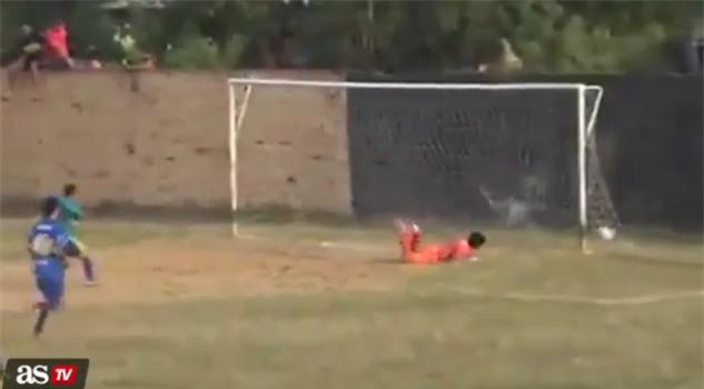 Trọng tài, cảnh sát nhận mưa đòn vì quả penalty oan nghiệt phút cuối - Ảnh 2.