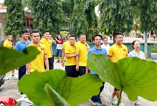 ĐT Việt Nam: Hàng trăm em nhỏ chờ xin chữ ký Công Vinh - 2