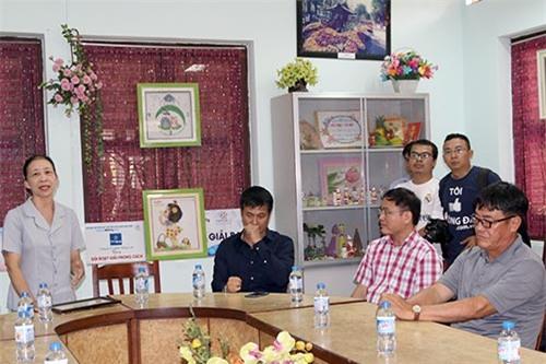 ĐT Việt Nam: Hàng trăm em nhỏ chờ xin chữ ký Công Vinh - 3