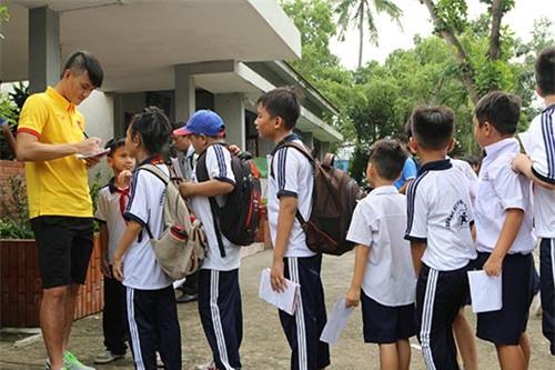 ĐT Việt Nam: Hàng trăm em nhỏ chờ xin chữ ký Công Vinh - 8