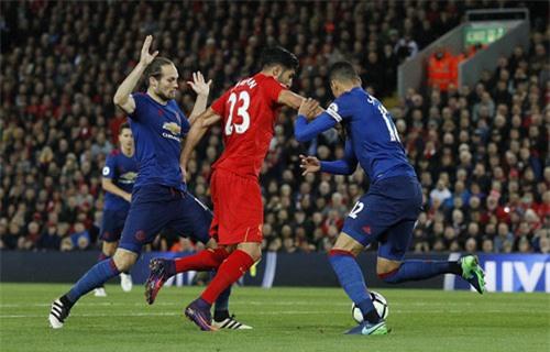 """Liverpool - MU & những pha bóng """"nóng hừng hực"""" - 8"""