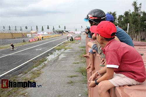 Độc lạ: Ngồi nóc container xem đua xe tại Bình Dương - 2