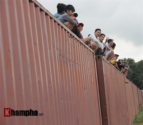 Độc lạ: Ngồi nóc container xem đua xe tại Bình Dương - 6