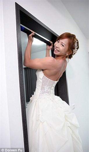Cô dâu mặc váy cưới đu xà khoe cơ bắp cuồn cuộn ảnh 2
