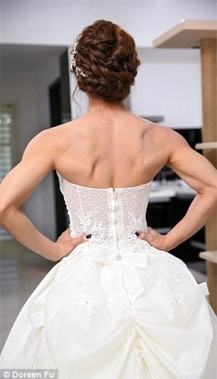 Cô dâu mặc váy cưới đu xà khoe cơ bắp cuồn cuộn ảnh 3