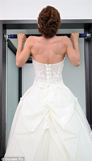 Cô dâu mặc váy cưới đu xà khoe cơ bắp cuồn cuộn ảnh 4