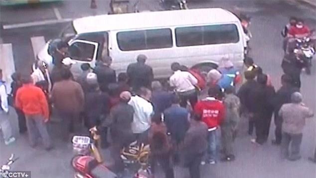 Pha thoát chết trong gang tấc của người đàn ông đi xe đạp bị ô tô chẹt qua - Ảnh 2.