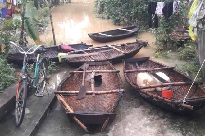 Video: Lũ ngập đường, chú rể chèo thuyền, lội nước bế cô dâu - Ảnh 2.