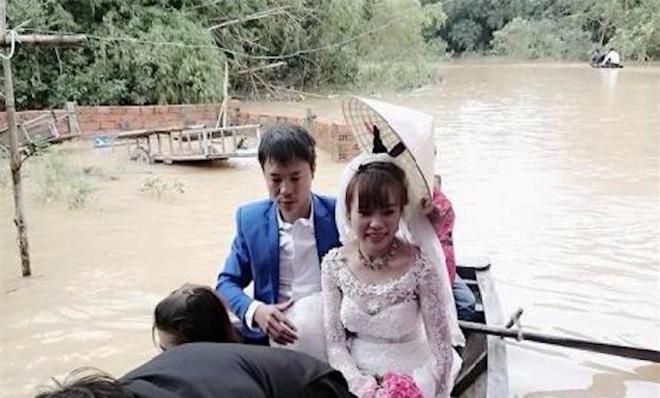Video: Lũ ngập đường, chú rể chèo thuyền, lội nước bế cô dâu - Ảnh 3.