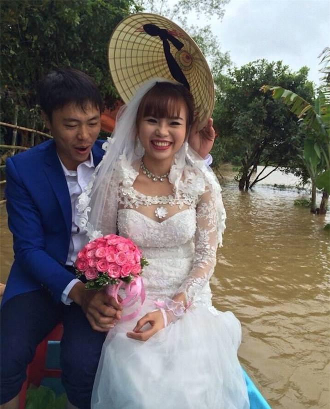 Video: Lũ ngập đường, chú rể chèo thuyền, lội nước bế cô dâu - Ảnh 5.
