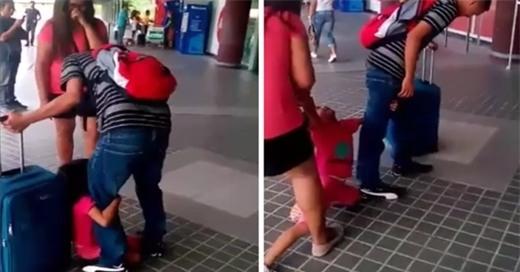 """Em bé mếu máo: """"Bố không cho con theo, bố không thương con!""""."""