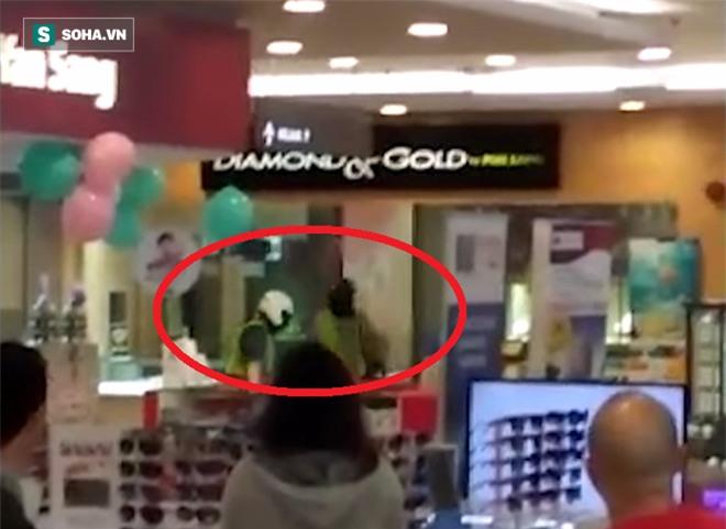 Dân tình ngây người chứng kiến toán cướp ập vào tấn công cửa hàng vàng trong siêu thị - Ảnh 2.