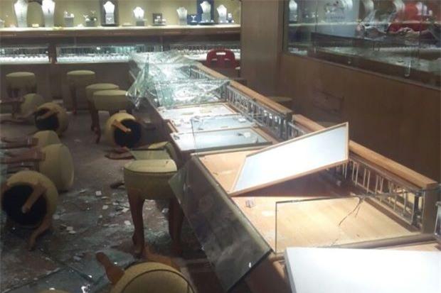 Dân tình ngây người chứng kiến toán cướp ập vào tấn công cửa hàng vàng trong siêu thị - Ảnh 4.
