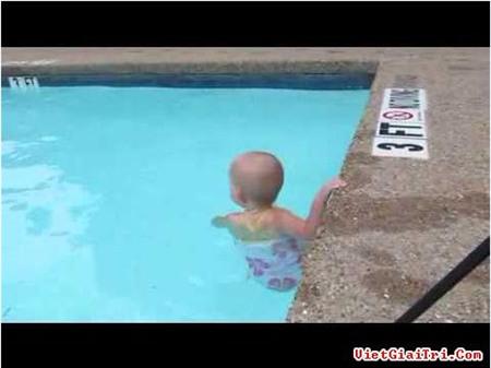 Bé 2 tuổi bơi điêu luyện ở bể sâu hơn 1m