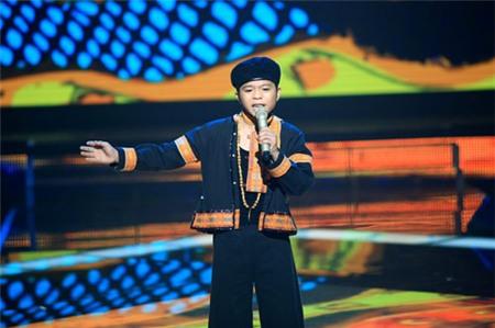 The Voice Kids tập 9: Nguyễn Quang Anh hát 'Chiếc khăn Piêu'