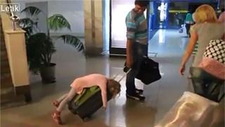 Hình ảnh hài hước về các em bé ngủ gật ở sân bay