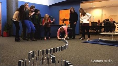 Chơi domino bằng... 10.000 chiếc Iphone 5