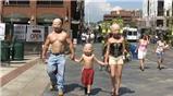 """Gia đình """"người ngoài hành tinh"""" xuất hiện trên phố"""