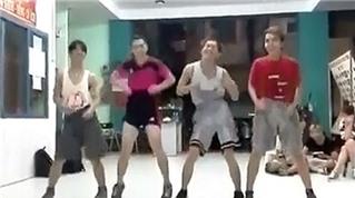 """4 chàng trai thể hiện vũ đạo bài """"Con bướm xinh"""""""