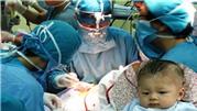 Bé bị dao đâm xuyên sọ phải phẫu thuật lần 2 vì nhiễm trùng