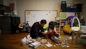 Hàn Quốc: Những ông bố bỏ việc ở nhà chăm con gây sốt