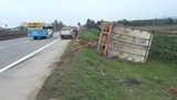 Nam thanh niên lạng lách đánh võng làm xe container nằm ruộng
