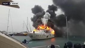 Du thuyền 6 triệu USD bốc cháy dữ dội trên cảng biển