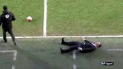 HLV ngã lăn quay khi thấy quả bóng đấu bị nổ