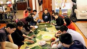 Du học sinh Việt gói bánh chưng đón Tết