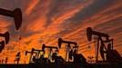 Giá dầu bật tăng trước khả năng OPEC cắt giảm sản lượng
