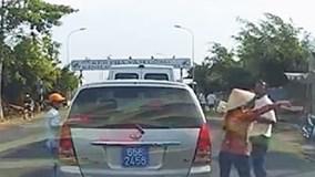 30 giây dàn cảnh bán hàng rong cạy cửa ôtô biển xanh trộm tài sản