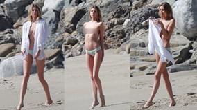 Thiên thần Victoria's Secret 'vô tư' cởi áo trên biển