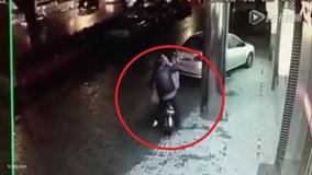 Người đi đường thờ ơ nhìn cô gái bị 'yêu râu xanh' hãm hại
