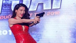 Trương Ngọc Ánh biểu diễn bắn súng trên sân khấu