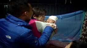 Hà Nội : Vợ chồng hiếm muộn nhận nuôi cháu bé bị bỏ rơi