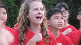 Cô bé 11 tuổi, đi 80 quốc gia hát quốc ca gây quỹ từ thiện
