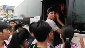 Nghỉ lễ dịp giỗ Tổ, người dân chen lấn lên xe để được về quê